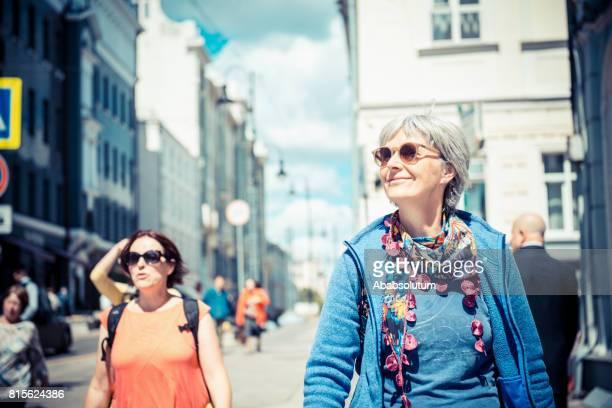 Schöne Reife Frauen, die zu Fuß in Moskau, Russland