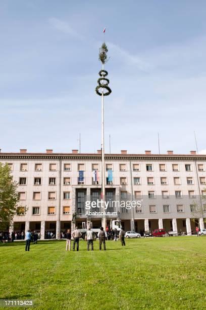美しいメイポールのノヴァ gorica スロベニア - スロベニア国旗 ストックフォトと画像