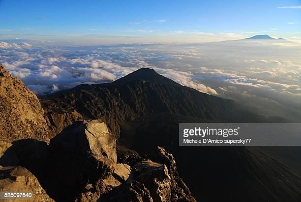 beautiful meru, the crater and mount kilimanjaro. - meru filme stock-fotos und bilder