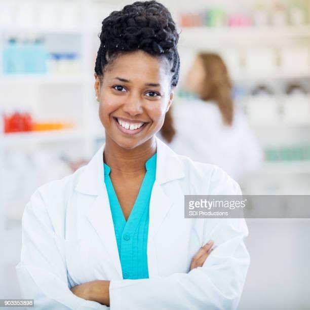 Hermoso medio farmacéutico adulto sonríe para la cámara