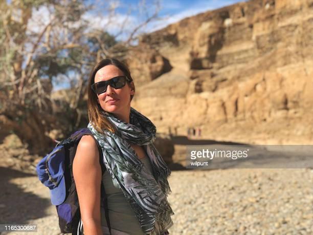 乾燥した渓谷でサングラスとバックパックを持つ美しい中年の女性 - セスリエム ストックフォトと画像