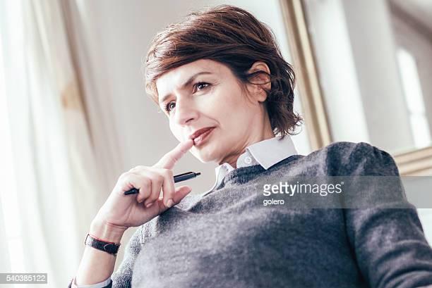 Mi ans belle femme regardant d'affaires pensif français