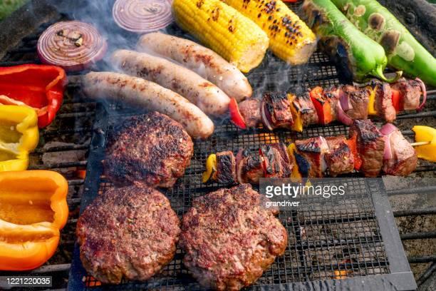 炭火焼きの上に並べた美しいミックスグリル、肉、新鮮な野菜 - 網焼き ストックフォトと画像