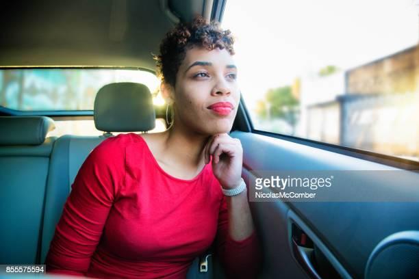 車内ビューを見て笑みを浮かべて美しい混血千年女性