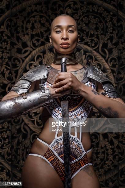mooie mixed race zwaard zwaaiende viking warrior female - sports uniform stockfoto's en -beelden