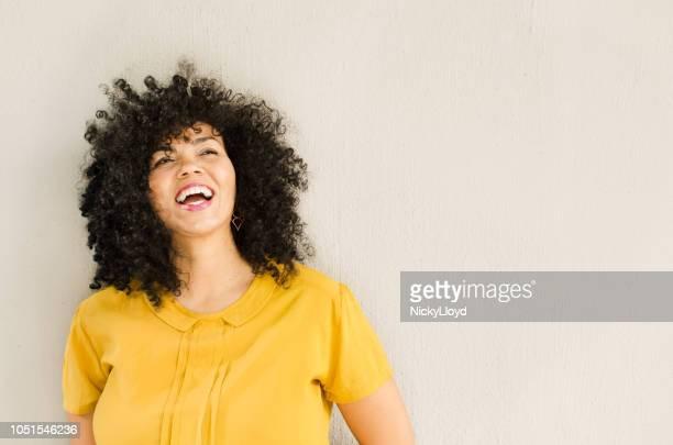 mooi gemengd ras vrouw die lacht - 35 39 jaar stockfoto's en -beelden