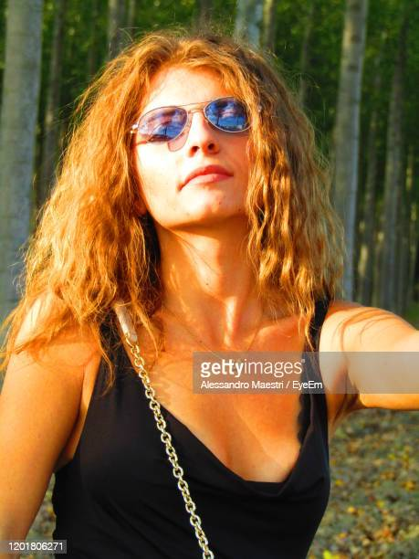 a beautiful model is posing for me in a wood - alessandro maestri foto e immagini stock
