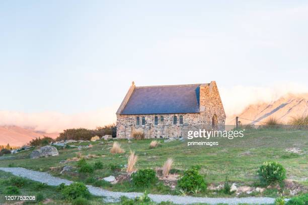 hermosa mañana en la iglesia del buen pastor y el lago tekapo, nueva zelanda - iglesia del buen pastor tekapo fotografías e imágenes de stock