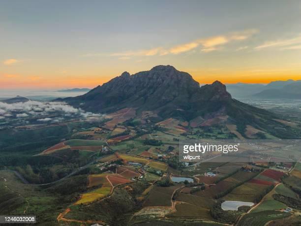 mooie landelijke scène van de bergde herfst bij dageraad - zuid afrika stockfoto's en -beelden