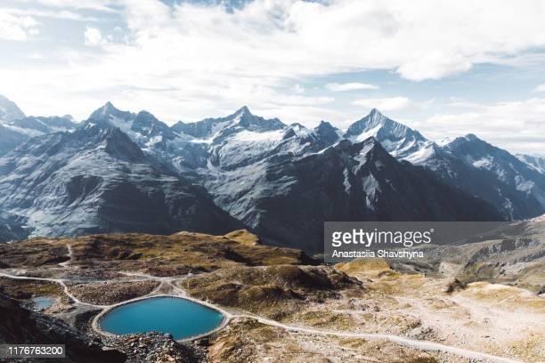 prachtig bergmeer in de zwitserse alpen - skigebied stockfoto's en -beelden
