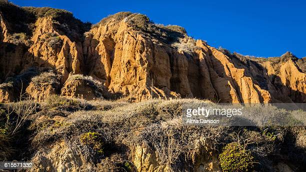 beautiful mountain ridge on the beach - alma danison imagens e fotografias de stock