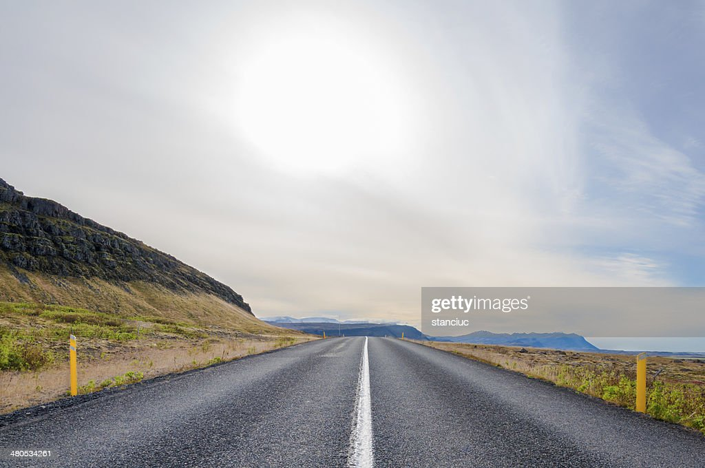 Beautiful mountain road in Iceland : Bildbanksbilder