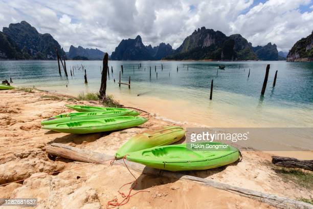beautiful mountains lake river sky and natural attractions in ratchaprapha dam at khao sok national park. - asiatisches langboot stock-fotos und bilder