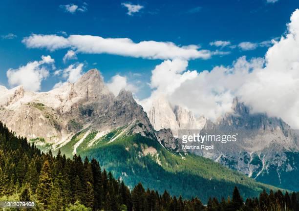 bela paisagem montanhosa vista de san martino di castrozza - trentino-alto adige, itália - san martino di castrozza - fotografias e filmes do acervo