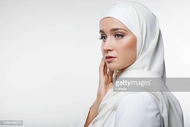 wunderschöne muslimische frau tragen hijab - zurückhaltende kleidung stock-fotos und bilder