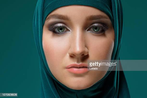 美しいイスラム教徒の女性のヒジャーブを着て - iranian culture ストックフォトと画像
