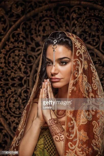 bella donna musulmana che indossa l'hijab - velo foto e immagini stock