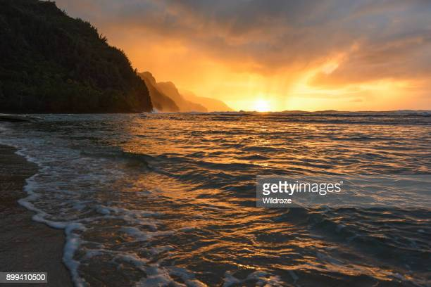 beautiful na pali coast sunset at ke'e beach on kauai's north shore - na pali stock photos and pictures