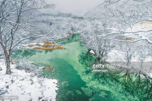 hermoso paisaje natural de huang long y parque parque jiuzhaigou con increíble nieve en sichuan, china - paisajes de china fotografías e imágenes de stock