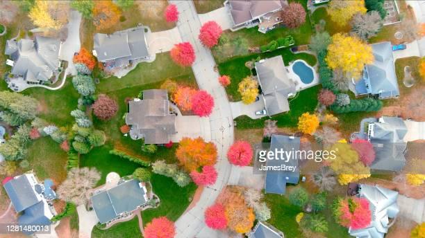 秋の色、空中写真の中で美しい近所。 - 飛行機の視点 ストックフォトと画像
