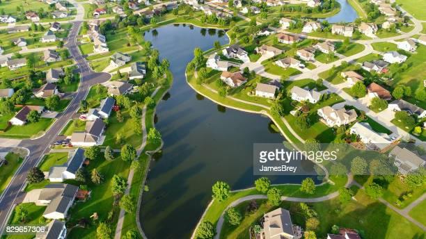 Hermosos barrios alrededor de lago artificial, vista aérea