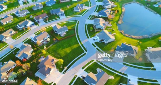 Hermosos barrios, casas alrededor del estanque, vista aérea, amanecer de primavera.