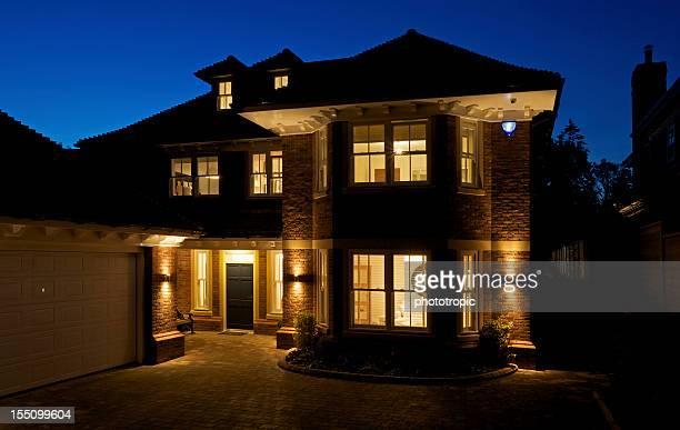 Wunderschönes neues Haus bei Nacht
