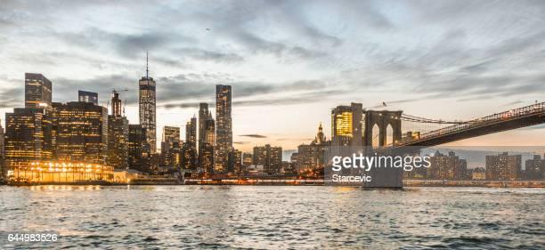 schöne new yorker skyline bei sonnenuntergang - brooklyn bridge park stock-fotos und bilder