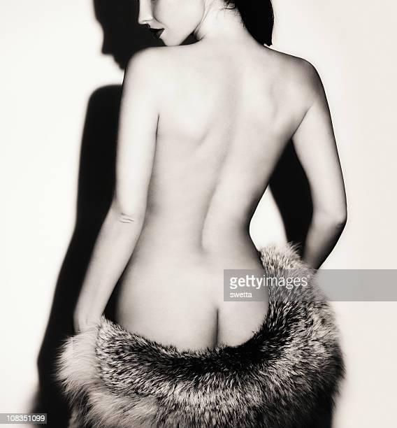 bella donna sabbia. - donna schiena nuda foto e immagini stock
