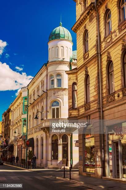 cidade velha bonita de sarajevo, rua zelenih beretki, bósnia e hercegovina - bósnia herzegovina - fotografias e filmes do acervo