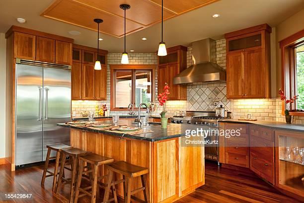 Magnifique cuisine ouverte avec des parquets en bois de noyer