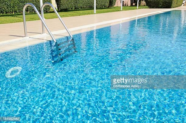 の美しい屋外プールで日光浴