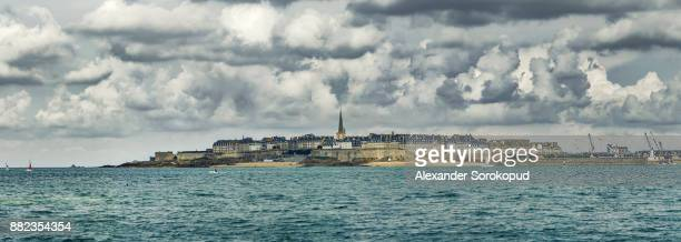 beautiful panoramic high resolution view to the old pirate city saint-malo, bretagne, france - dinard stock pictures, royalty-free photos & images