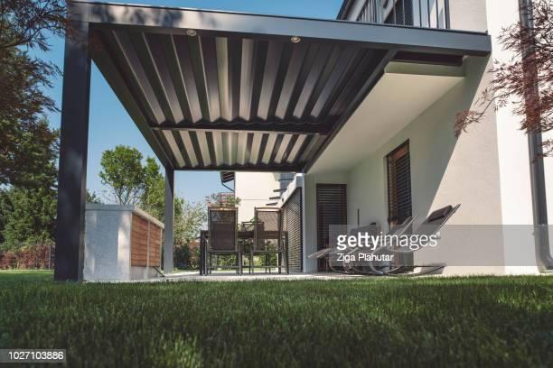 belle terrasse avec pergola - pergola photos et images de collection