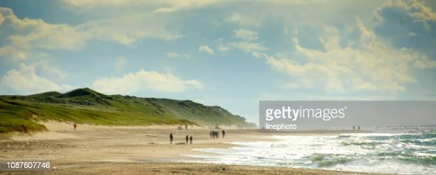 een mooie schilderachtige uitzicht over het brede strand van de noordzee op een zomerdag - noordzee stockfoto's en -beelden