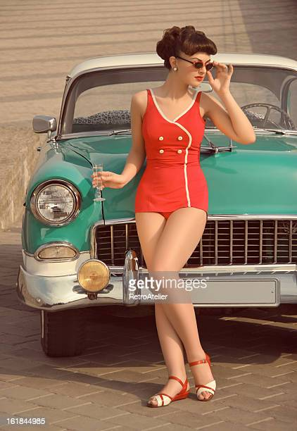 belle pin up en face de la voiture vintage - pin up photos et images de collection