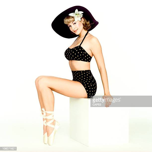 belle pin up de porter un maillot de bain noir - pin up photos et images de collection