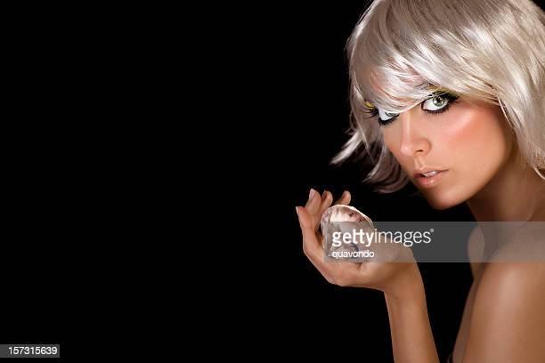platinum la mode modèle superbe blonde tenant grand diamond, espace de copie - skin diamond photos et images de collection