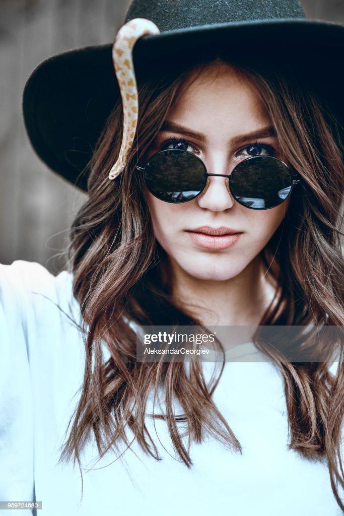Schöne Porträt der Frau mit Schlange auf ihrem Hut : Stock-Foto