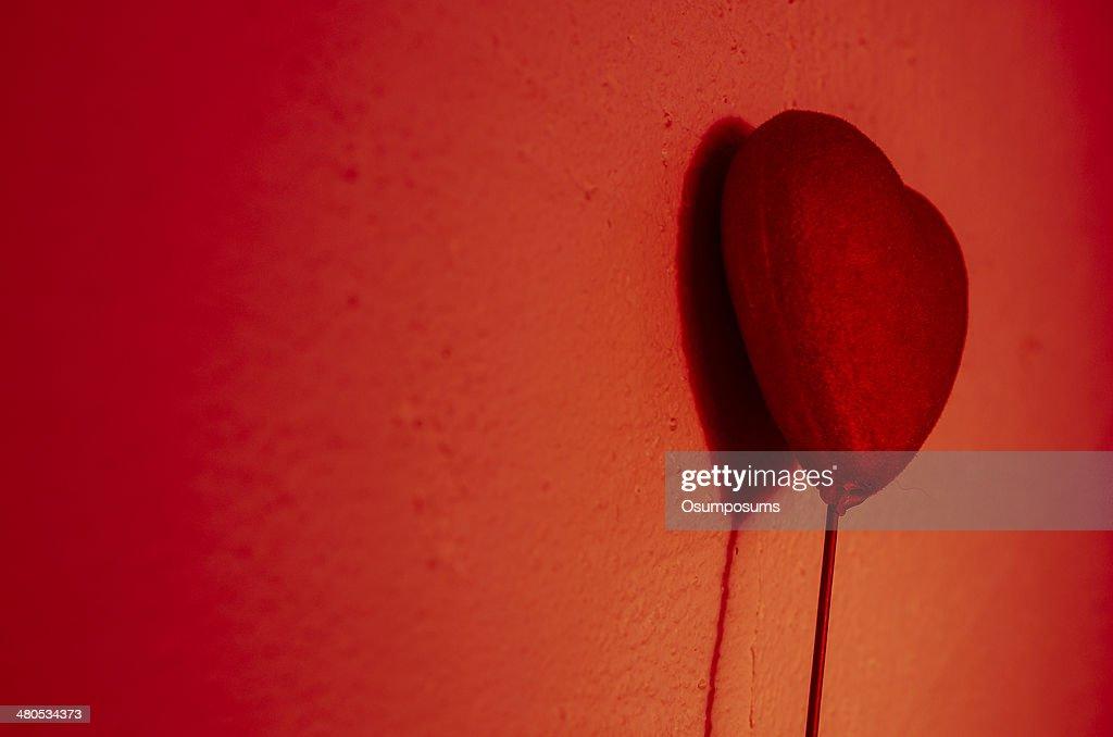 美しいレッドのハートレジャーゲームで、影を壁 : ストックフォト