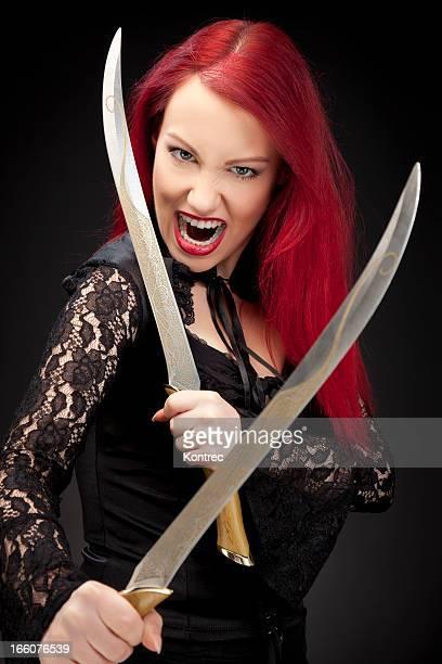 Schönes Rotes Haar Mädchen mit Schwerter