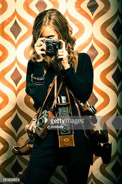 schöne retro frau fotograf mit vintage-kameras - viele gegenstände stock-fotos und bilder