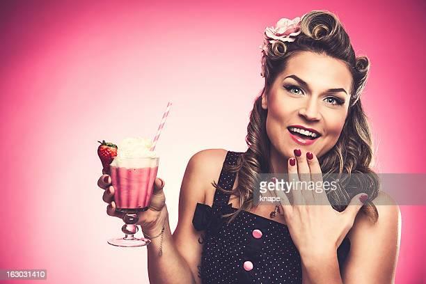 Belle femme avec un milk-shake rockabilly