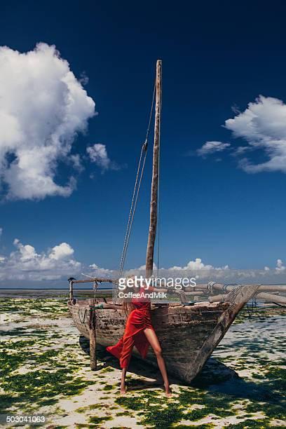 Belle femme romantique dans une robe longue avant le bateau