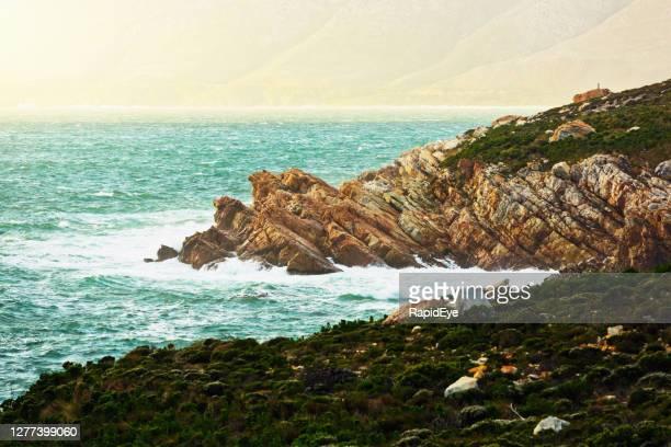 南アフリカケープタウンの東のオーバーバーグ地域の美しい険しい海岸線 - オーバーバーグ郡 ストックフォトと画像