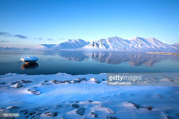 beautiful scene of the spitzbergen mountains in isfjord - poolklimaat stockfoto's en -beelden