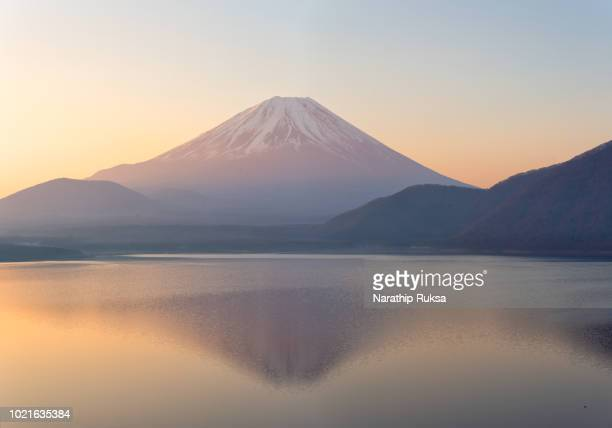 beautiful scenery during sunrise of lake motosuko in japan with  mountain fuji background. travel and attraction concept - süßwasser stock-fotos und bilder