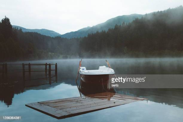 黒湖の早朝の霧の美しい風景風景 - トラブゾン ストックフォトと画像