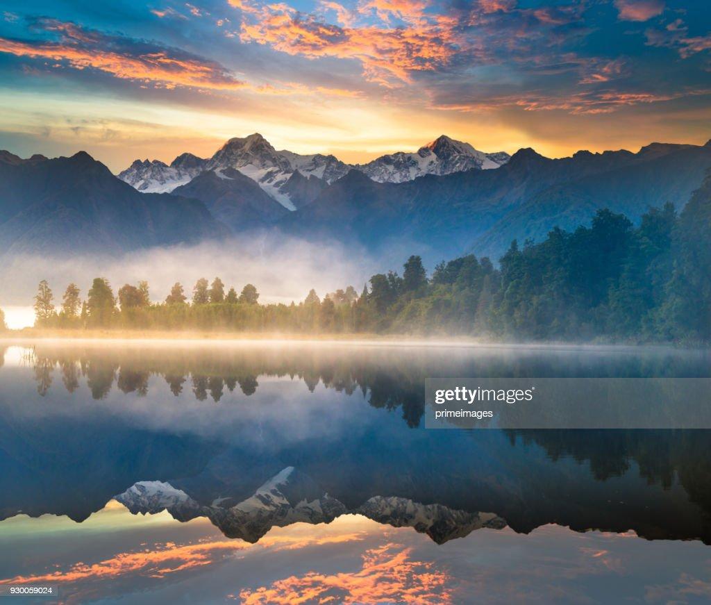 Landschap van de prachtige omgeving van de stad Matheson Lake Fox Glacier zuidelijke Alpen bergdalen Nieuw-Zeeland : Stockfoto