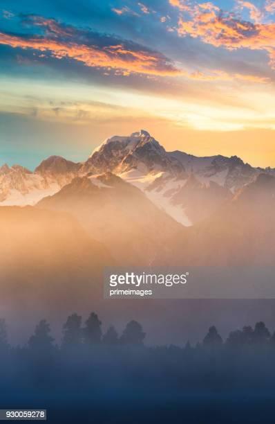 hermosa vista del paisaje del lago matheson glaciar de fox ciudad de montaña de los valles de los alpes del sur de nueva zelanda - alpes neozelandeses fotografías e imágenes de stock